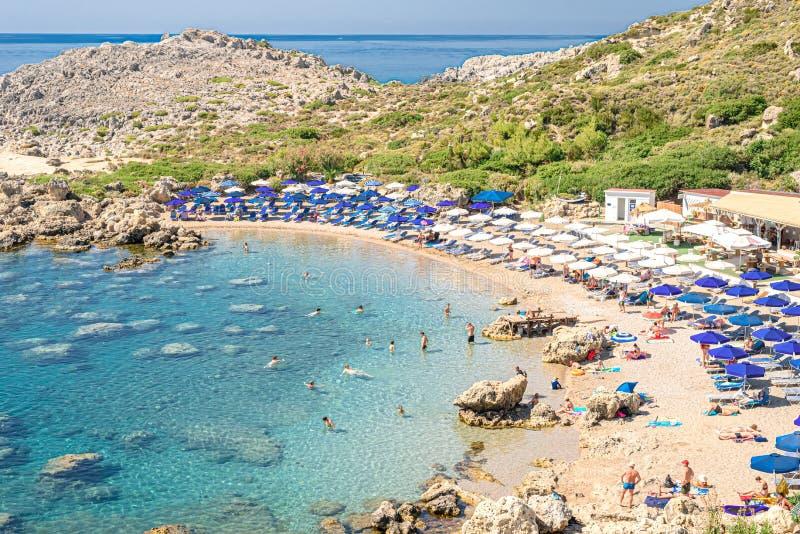 La vue supérieure sur la plage sablonneuse Ladiko dans une lagune dans Faliraki, Rhodes, Grèce photos stock