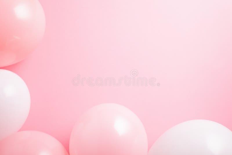 La vue supérieure a tiré avec les ballons roses et blancs au-dessus du fond rose photo stock