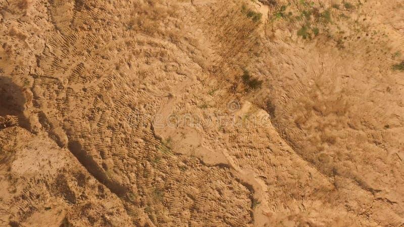 La vue sup?rieure de la surface au sol brune, se ferment vers le haut du fond naturel sc?ne Antenne pour le sol sec sous le solei photos stock