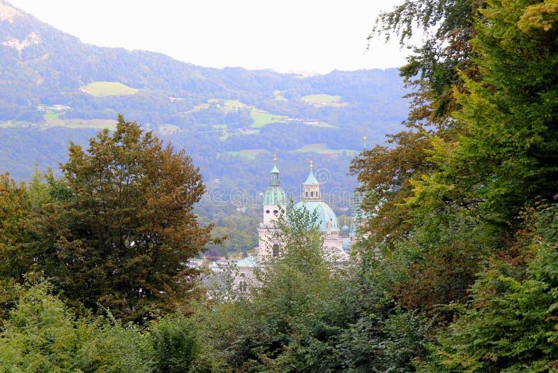 La vue sur la cathédrale sur la montagne au milieu de la forêt photographie stock
