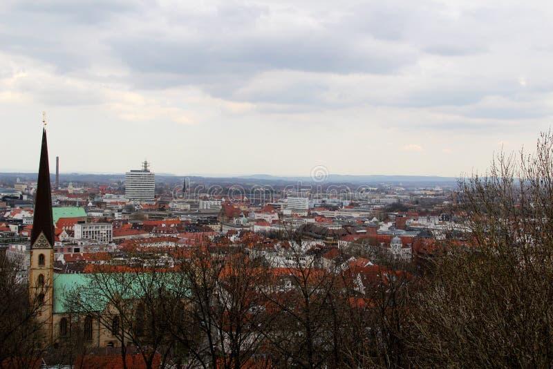 La vue sur le clocher d'église et la structure établie a observé du sparrenburg à Bielefeld Allemagne photos stock