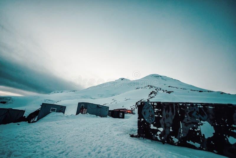 La vue sur le dessus de la montagne d'Elbrus du côté sud Caucase du nord, Russie photographie stock