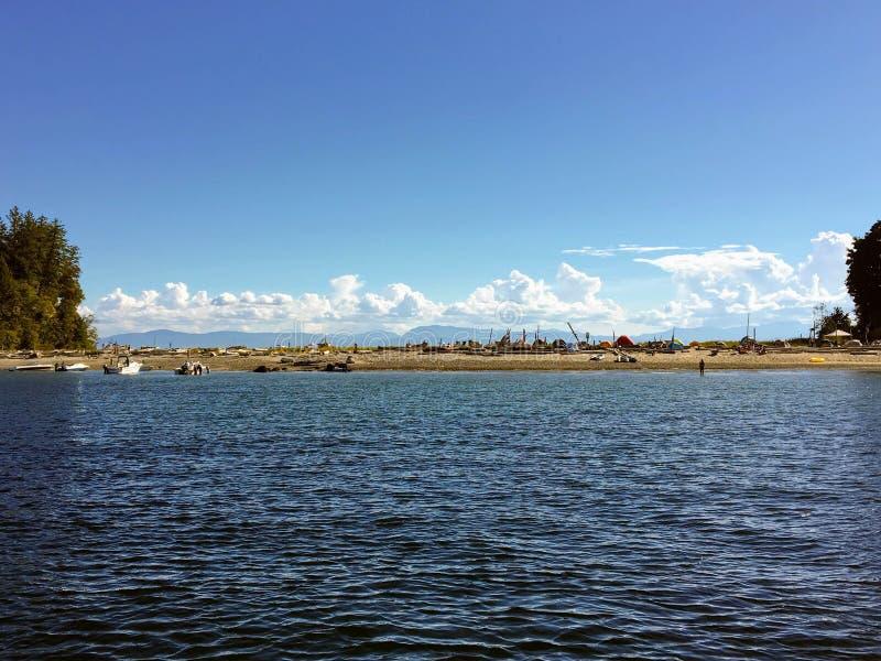 La vue tout en ancrant des vastes, sablonneuses plages de Buccaneer images libres de droits