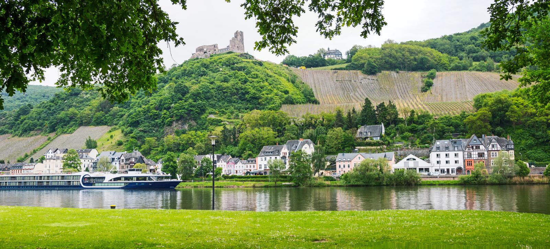 La vue vers la rivière de la Moselle avec le revêtement de passager, landshut de ruine et soit images libres de droits