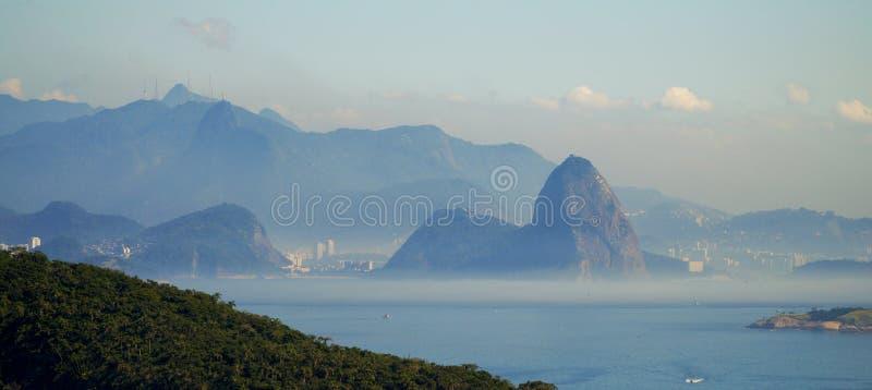 La vue vers la montagne de Rio de Janeiro et de Sugar Loaf d'Itacoatiara à Niteroi, Brésil image libre de droits