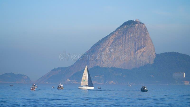 La vue vers la montagne de Rio de Janeiro et de Sugar Loaf d'Itacoatiara à Niteroi, Brésil images libres de droits