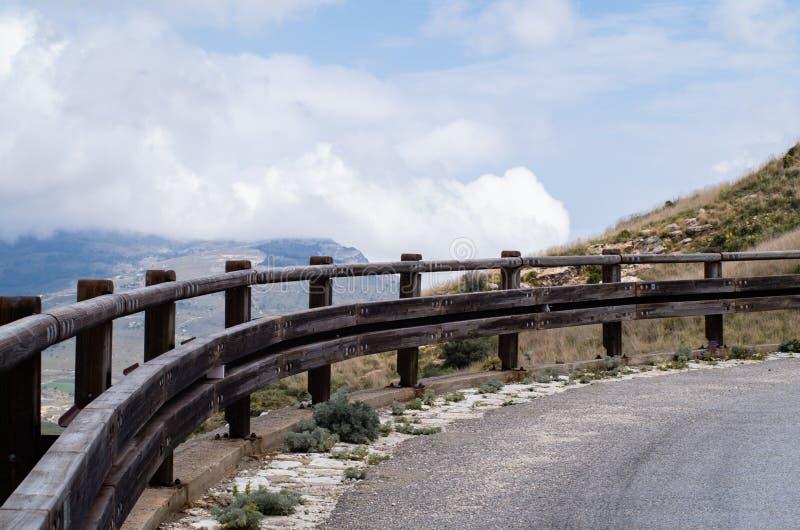 La vuelta del camino en las monta?as foto de archivo libre de regalías