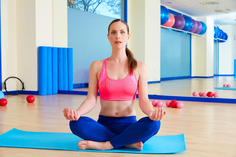 La yoga de la mujer de Pilates relaja entrenamiento del ejercicio en el gimnasio imagen de archivo libre de regalías