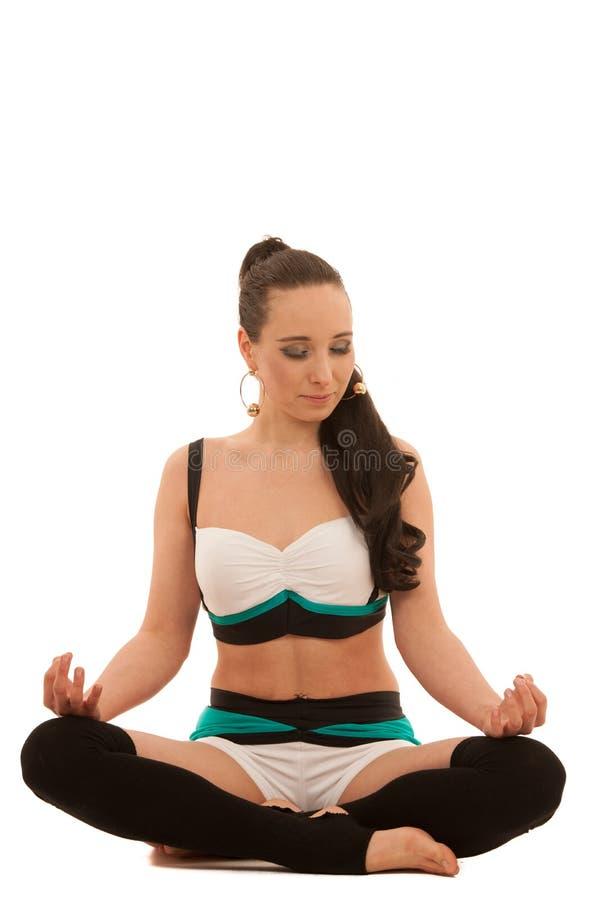 La yoga de la práctica de la mujer o medita en la posición de loto aislada encima fotografía de archivo