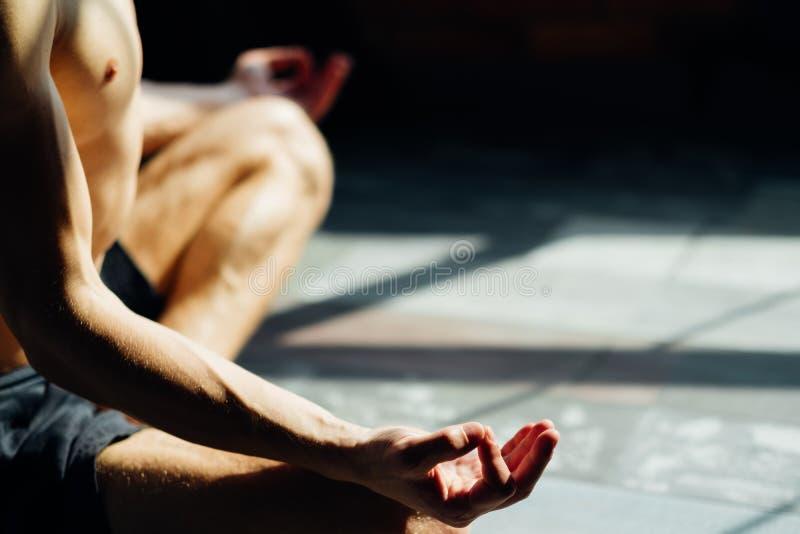La yoga plantea la relajación de la meditación del mudra de la barbilla del hombre fotos de archivo libres de regalías