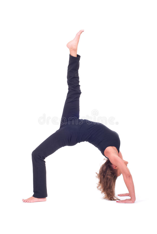 La yoga practicante ejercita/yoga - actitud del puente - Urdhva Dhanurasana imagen de archivo