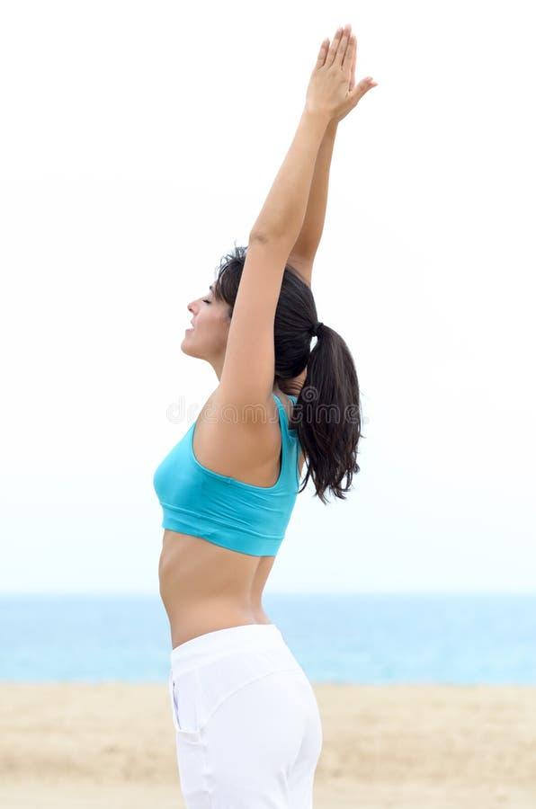 La yoga y relaja a la mujer en la playa imágenes de archivo libres de regalías