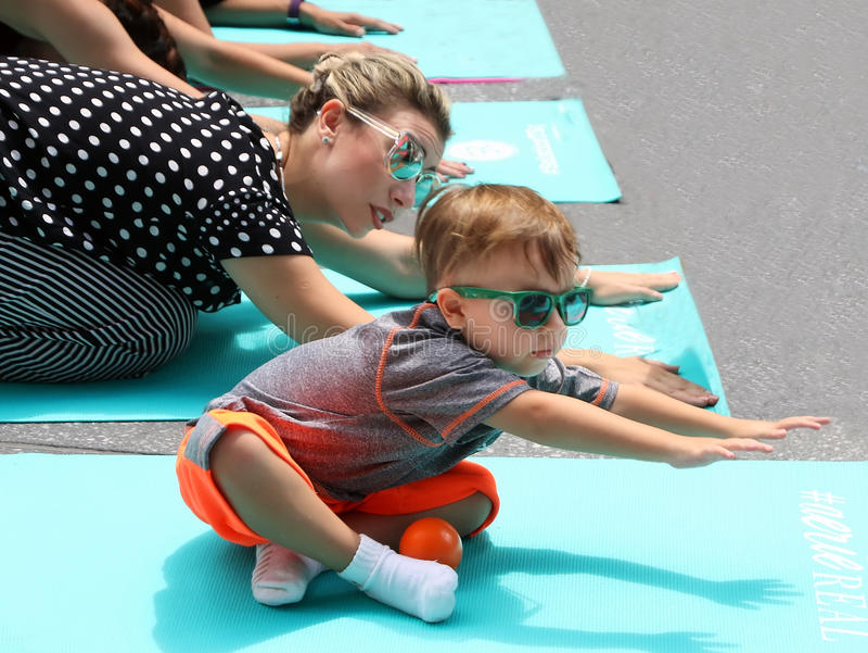 La yogui joven ajusta a veces imagen de archivo libre de regalías