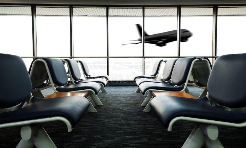 La zona de espera vacía del terminal de aeropuerto con las sillas gandulea con el asiento foto de archivo libre de regalías