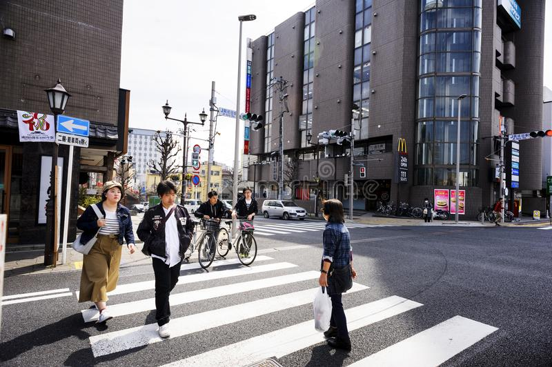 La zona de Hanazakicho, estación de metro de Narita, pueblo japonés está cruzando los cruces La gente urbana tiene disciplina est imagenes de archivo