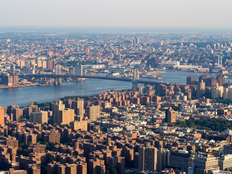 La zona este más baja y el puente de Williamsburg en Nueva York fotos de archivo libres de regalías