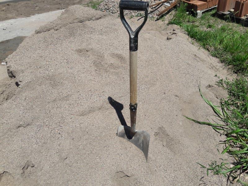 La zone de construction, pelle a collé dans le sable photo stock