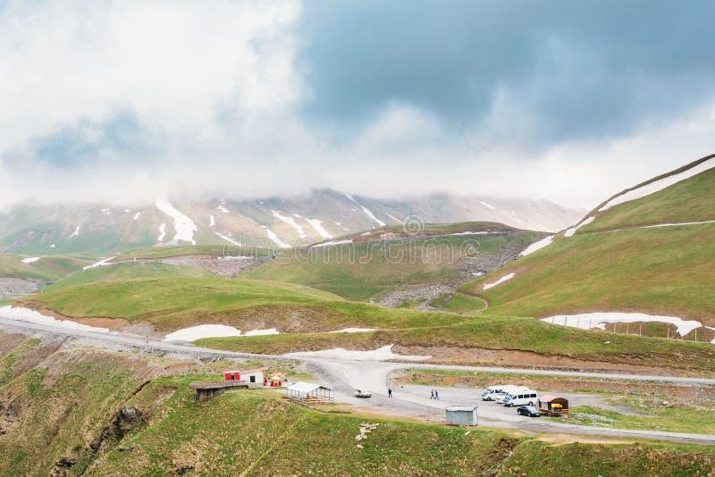 La zone de repos et se garer près de la route militaire géorgienne est le Histori photo libre de droits