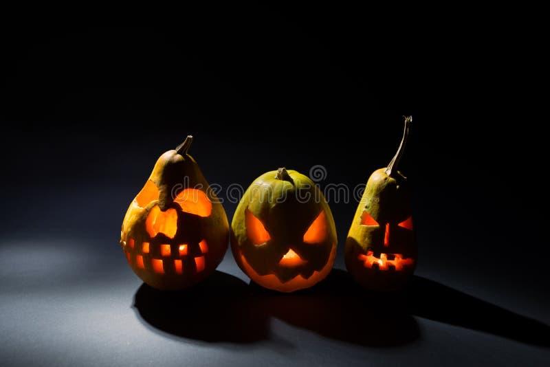 La zucca di Halloween su fondo scuro in vacanza, tre ambiti di provenienza differenti della zucca wallpaper fotografie stock libere da diritti