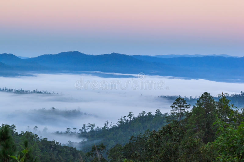 Laag bergen in de mist in zonsopgangtijd royalty-vrije stock fotografie