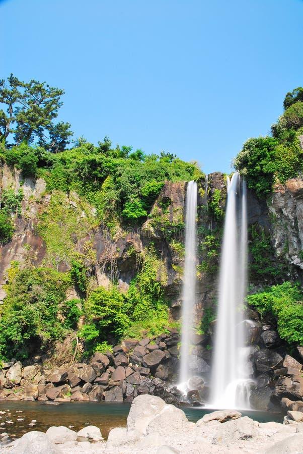 Laag schot van majestueuze waterval royalty-vrije stock fotografie