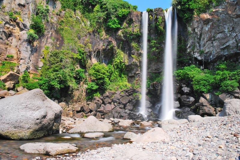 Laag schot van majestueuze waterval stock afbeelding