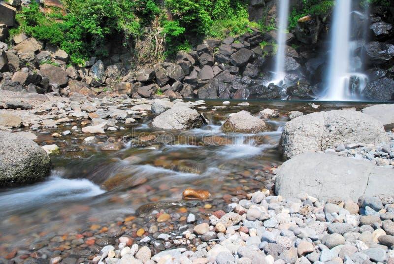 Laag schot van majestueuze waterval stock afbeeldingen
