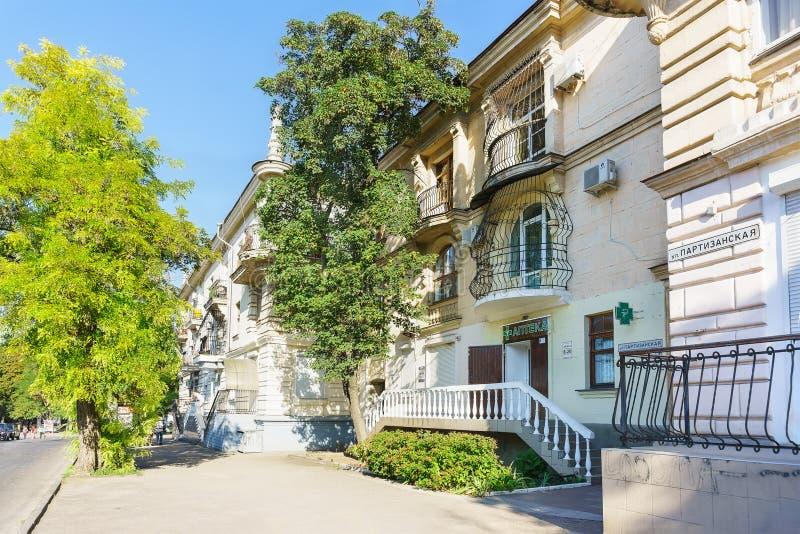 Laag-stijgings woonhuis met een apotheek en andere administratieve gebieden Stalinist gebouwen in de straat de Guerilla van c stock afbeelding