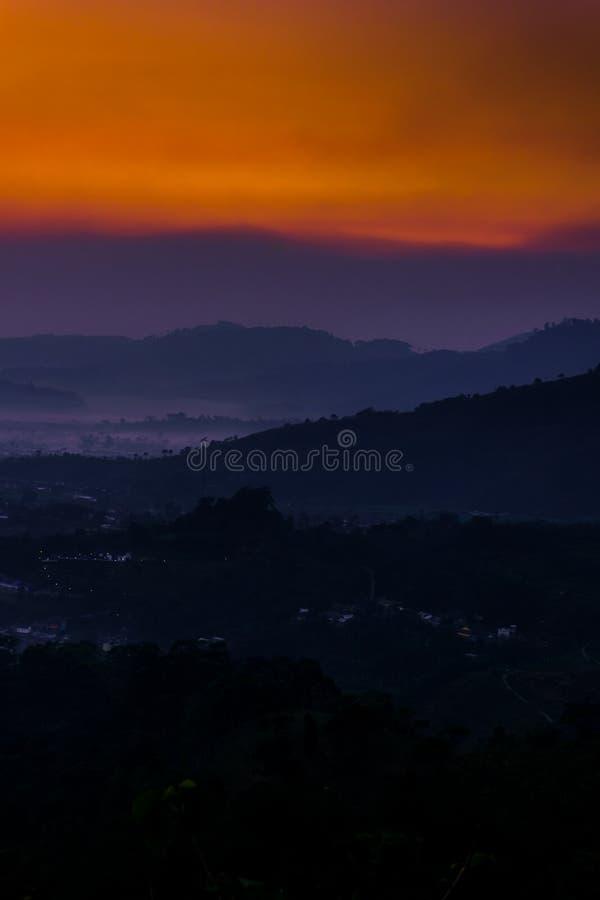 Laag van berg en mist in de vroege ochtend stock afbeelding