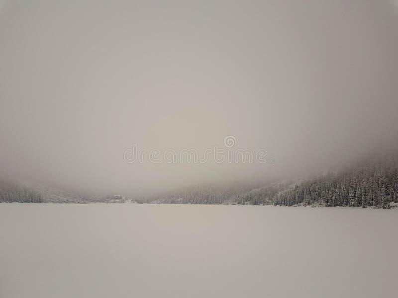 Laag zichtvoorwaarden toe te schrijven aan een mist in Tatry in Polen in de wintertijd royalty-vrije stock fotografie