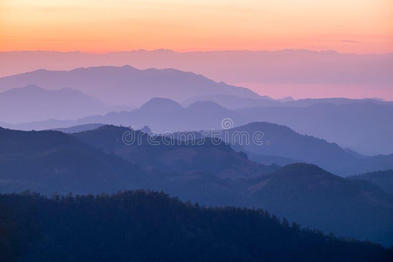 Laagberg kleurrijk bij zonsondergang royalty-vrije stock afbeelding