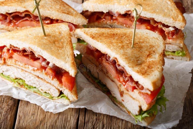 Laagdubbeldekker met het vlees van Turkije, bacon, tomaten en lettuc royalty-vrije stock afbeelding