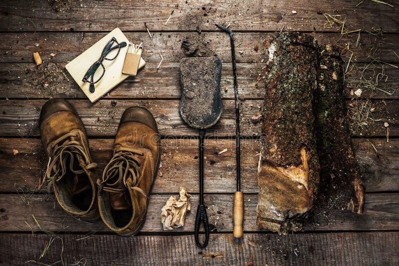 Laarzen, brandhout en open haardtoebehoren - de winter royalty-vrije stock foto