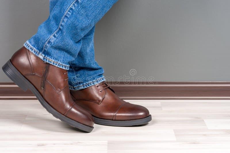 Laarzenmensen op witte houten royalty-vrije stock foto's