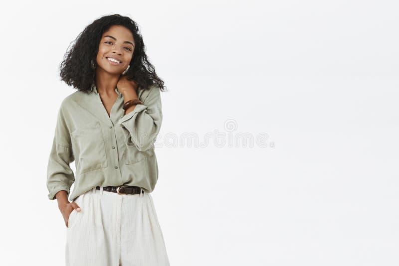 Laat aan zaken krijgen Charismatische modieuze en creatieve donker-gevilde vrouwelijke ondernemer in in blouse en broek royalty-vrije stock afbeeldingen