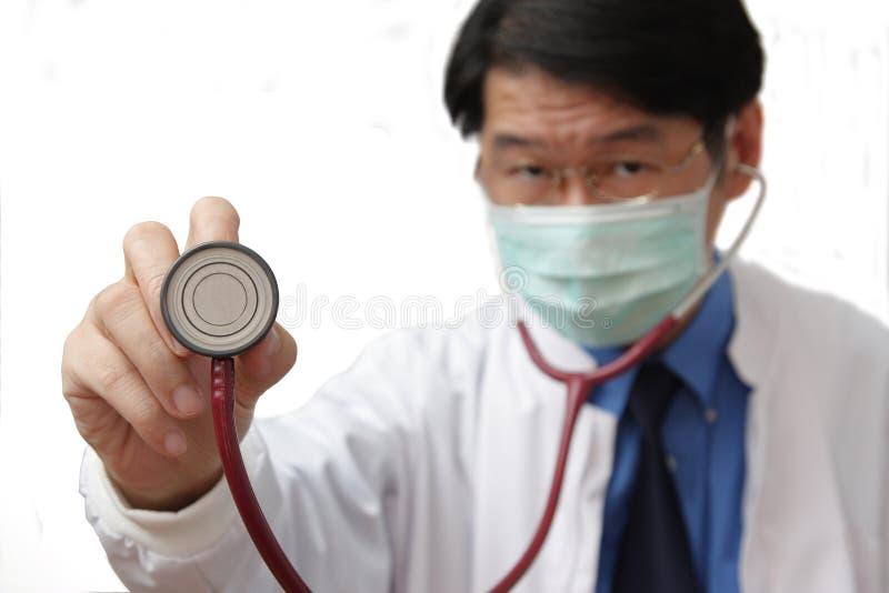 Laat de artsencontrole uw hartslag stock afbeelding