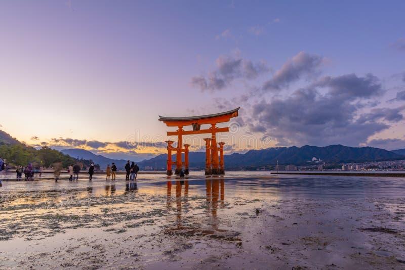Laat Gang aan de Grote Rode Drijvende Torii Poort van Itsukushima stock afbeelding