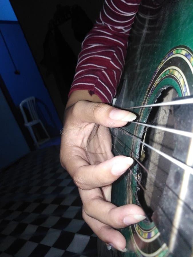 Laat me de gitaar spelen, zing een lied wanneer u can& x27; t om de dingen te kunnen doen u om gebruikte voordien te doen stock afbeeldingen