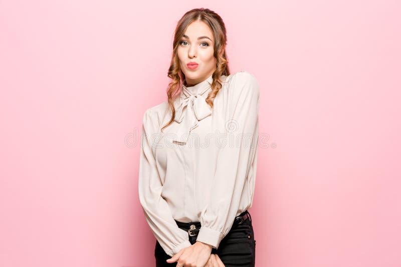Laat me denken Twijfelachtige peinzende vrouw met nadenkende uitdrukking die keus maken tegen roze achtergrond royalty-vrije stock afbeelding