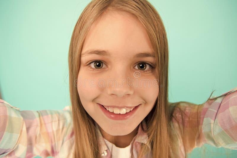 Laat me nemen selfie De greepsmartphone van het kindmeisje neemt foto Het gelukkige gezicht van het kindjonge geitje Videovraagco stock fotografie
