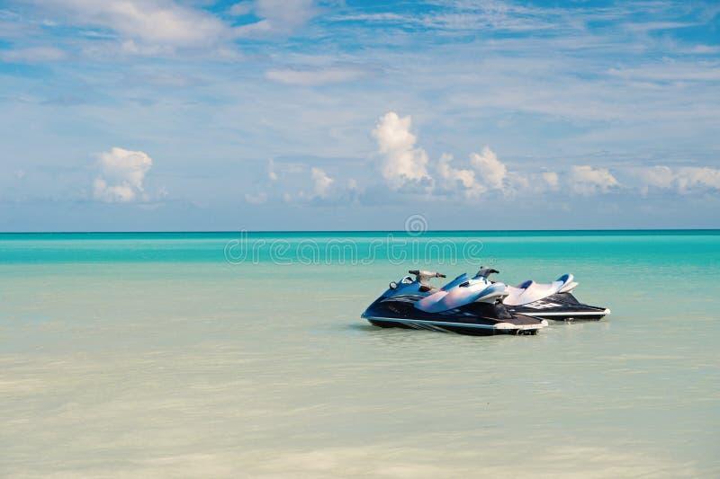 Laat Rit Overzees turkoois waterpaar watercrafts dichtbij strand Extreme vermaak tropische vakantie Beste vakantievlekken royalty-vrije stock afbeelding