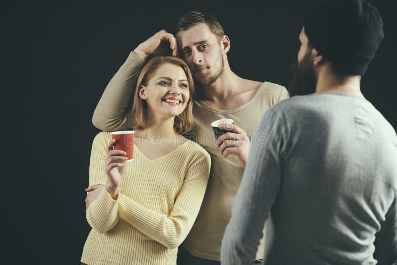 Laat samen drank Vrienden die alcohol drinken De mooie vrouw en de mannen genieten van drinkend partij Vriendenpartij Beste Vrien royalty-vrije stock afbeelding