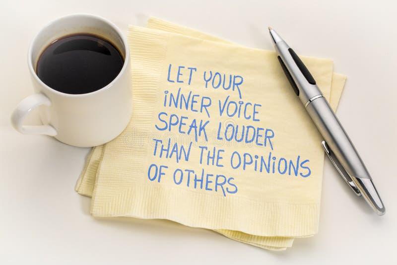 Laat uw binnenstem luider spreken dan de adviezen van anderen stock fotografie