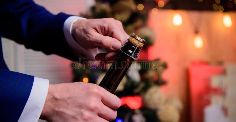 Laat vieren De open champagne en viert royalty-vrije stock afbeeldingen