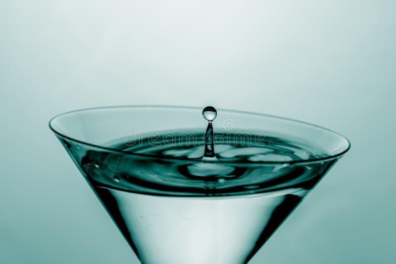 Laatste daling van de drankdalingen in een martini-glas royalty-vrije stock fotografie
