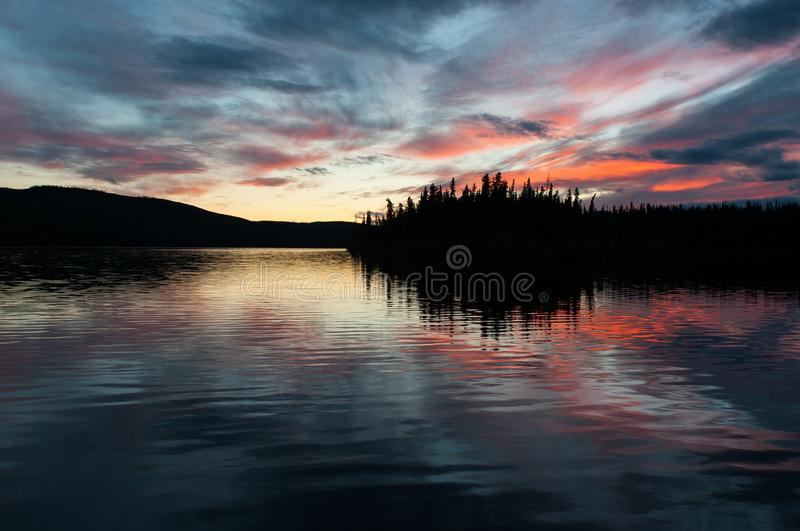 Laatste licht van de dag - uitzonderlijke romantische atmosfeer op het Meer van Fransman, Yukon royalty-vrije stock afbeelding