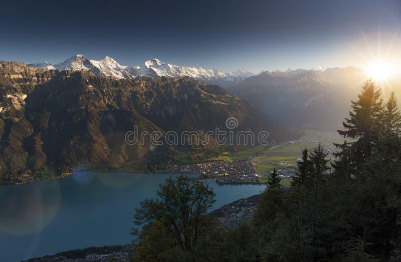 Laatste stralen van de zon in de Zwitserse Alpen stock fotografie