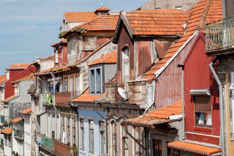 Laatste vloeren van oude herenhuizen op oude straten van stad Porto met tegeldaken Cityscape in Portugal stock fotografie