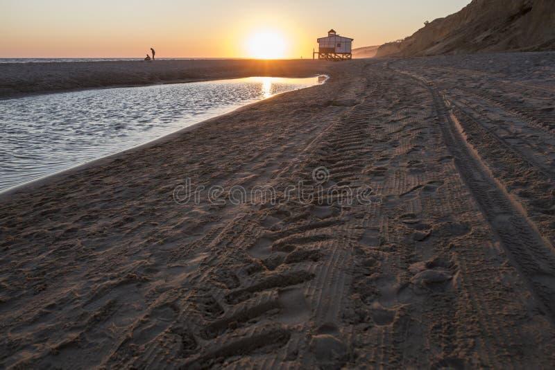 Laatste zwemmers dicht bij Chiringuito-strand bij zonsondergang, Matalascanas stock afbeeldingen