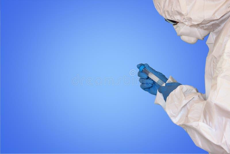 Lab naukowiec w zbawczym kostiumu Z próbną tubką obrazy stock